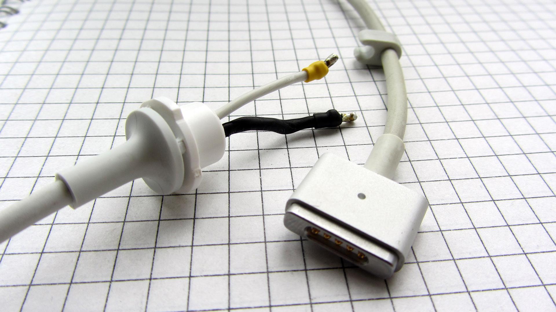 Кабель зарядки Макбук имеет всего два провода